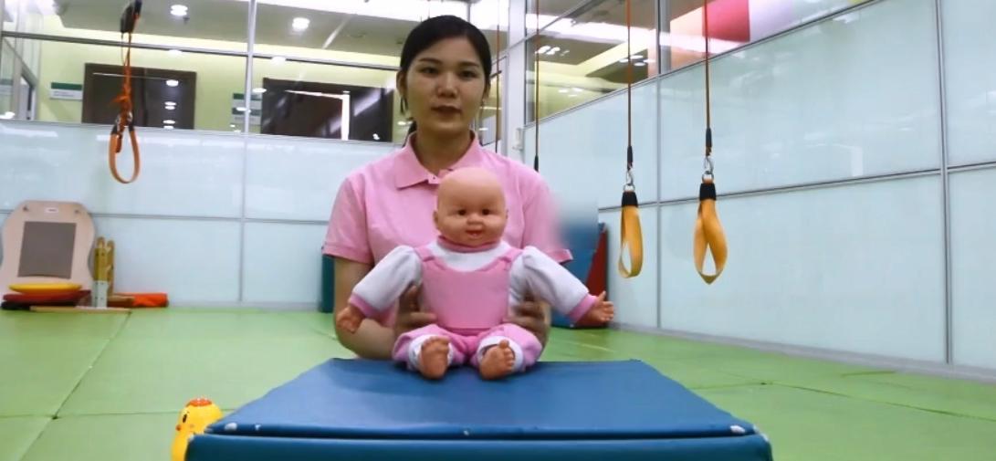 六个月宝宝坐姿势图解,6个月婴儿学习锻炼学坐1