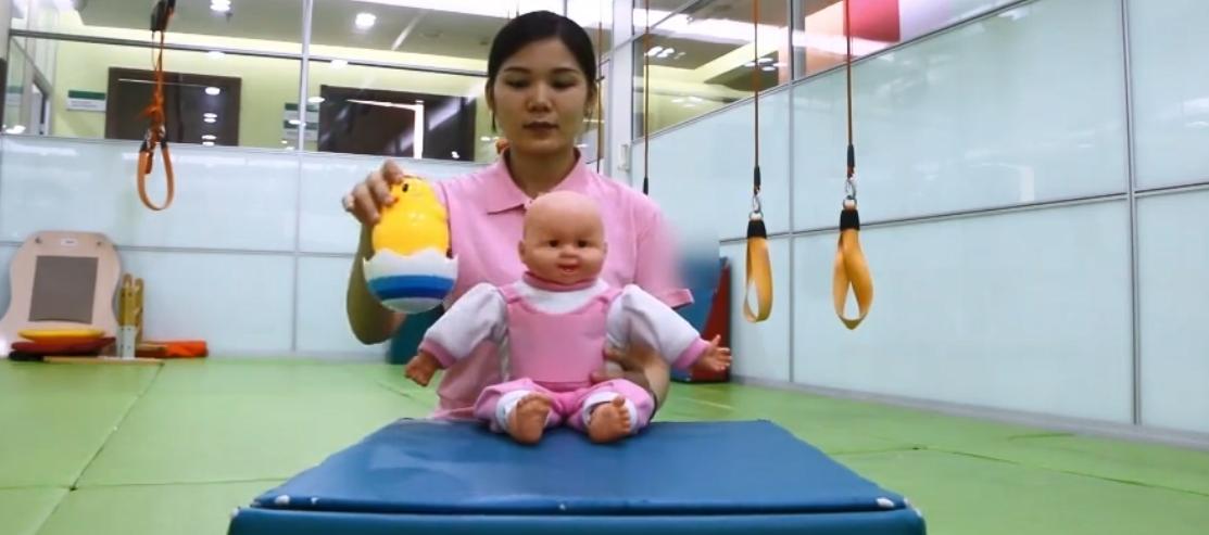 六个月宝宝坐姿势图解,6个月婴儿学习锻炼学坐3