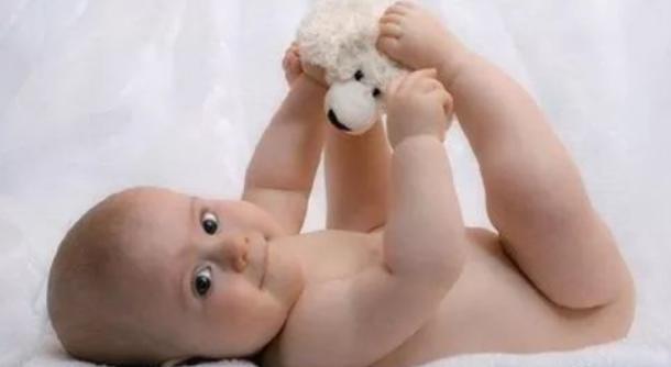 一个月的宝宝发育标准和早教方法,强烈推荐!5.